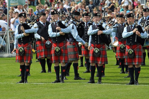 Pipes and drums of bands in Edinburgh